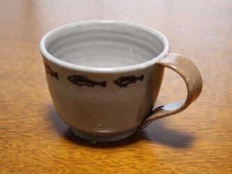 青魚の泳ぐツートーンのコーヒーカップの画像