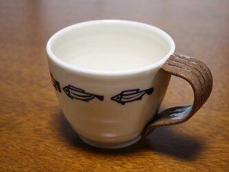 青魚の泳ぐ白いツートーンのコーヒーカップの画像