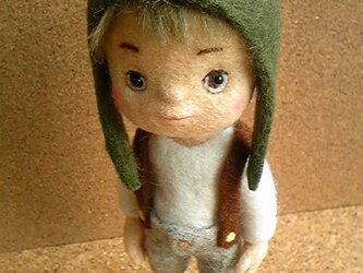カエル帽子の少年の画像