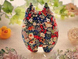 リバティー生地☆紺の花柄の猫のぬいぐるみ「ふにゃ〜た」の画像
