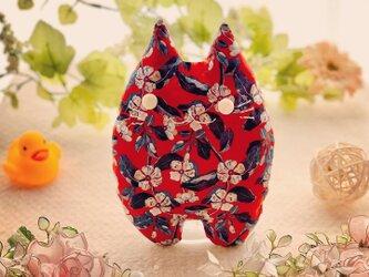 リバティー生地☆赤の花柄の猫のぬいぐるみ「ふにゃ〜た」の画像