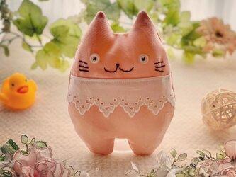 ピンク☆レースの首輪付き猫のぬいぐるみ「ふにゃ〜た」の画像