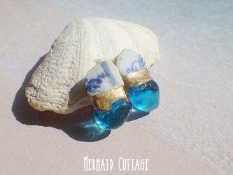 Grotta Azzurra 青の洞窟ガラスとシー陶器の金継ぎイヤリング☆蝶バネの画像