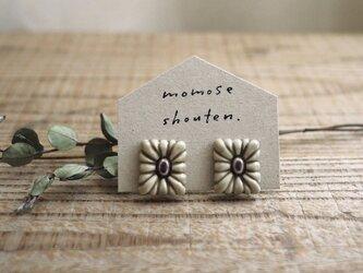 四角の花の耳飾り(イヤリング)の画像