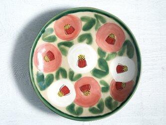 白桃色の椿の大皿の画像