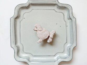 いぬ6(プードル) 陶土ブローチの画像