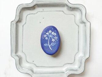 白い花1(くすみブルー) 陶土ブローチの画像