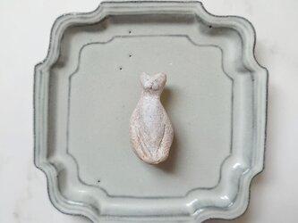 座っている猫1(ホワイト) 陶土ブローチの画像