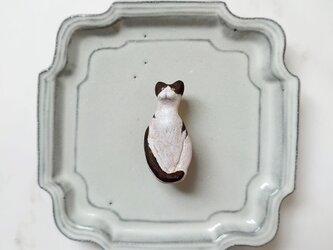 座っている猫2(白黒はちわれ) 陶土ブローチの画像