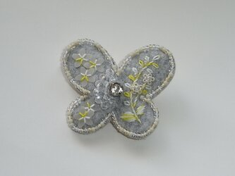花蝶+灰色レモン ビーズ刺繍ブローチの画像