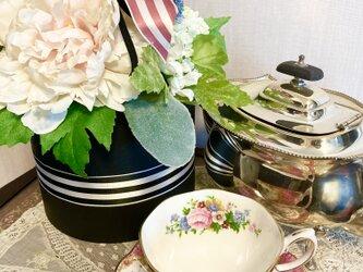 【母の日におすすめ】華やかな大輪のピオニーや花々が沢山詰まった豪華なアレンジメントの画像
