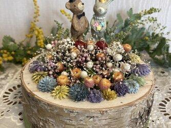 【ウェディングプレゼントにおすすめ】切り株の中のお花畑の画像