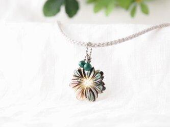 Shell Flower Pendant(ブラックシェル×マラカイト)の画像