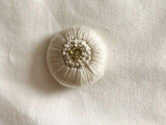 刺繍くるみボタンヘアゴム【白】の画像