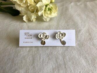 8弁のお花のイヤリングの画像