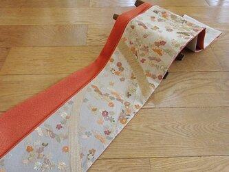 刺繍を楽しむスカーフの画像