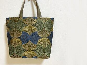 シンメトリー幾何学模様のトートかばんの画像