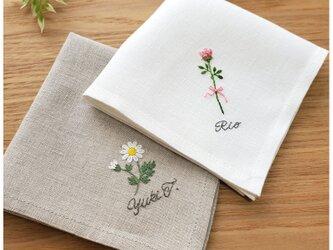 【母の日×先行販売】ネーム入りお花の刺繍ハンカチ ミシン仕立てのリネンハンカチの画像