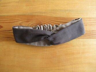 ねじりヘアバンド リバーシブル グレーとチャコールグレーの画像