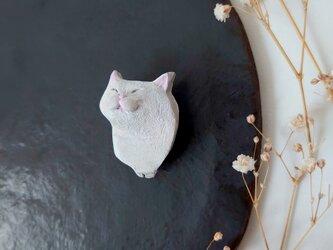 撫でられる猫1(ホワイト) 陶土ブローチの画像