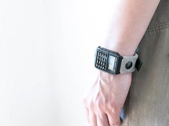映画に出てくるベロアとヌメ革の2TONE腕時計 / ベロア グレー色の画像