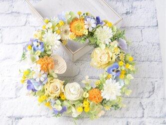 あなたに笑顔を ロマンティックローズのリース:母の日 ウェディング バラ  カーネーション クリーム色 オレンジ ブルーの画像