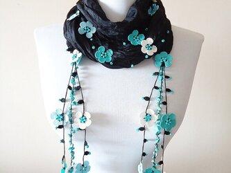 刺繍のお花つき シルクスカーフのロングラリエット ブラック&ターコイズの画像