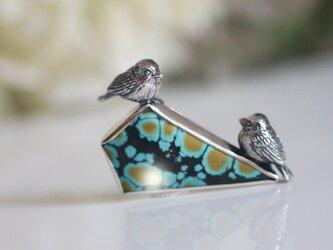 お花畑で恋する2羽の鳥ブローチの画像