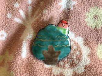 七宝 木とコザクラインコ ピンバッチの画像