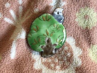 七宝 木とオカメインコ ホワイトフェイス ピンバッチの画像