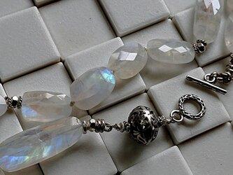 レインボームーンストーンとお花ボールのネックレスの画像