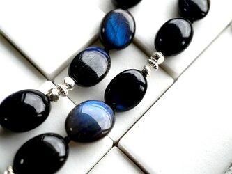 美しすぎるブラックラブラドライトとシルバービーズのネックレスの画像