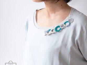 個性的な衿元に 麻のブローチ〈 NeckCircle 〉Turquoiseの画像