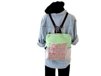 【衣絵】超軽量約350gの金襴(きんらん)3WAYリュック 花ざかり 淡ピンク色金箔 若葉色の画像