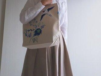つばめと花 手描き染め 帆布トートバッグ Mサイズの画像