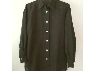 黒い麻シャツ 麻80%、ポリエステル20%、貝ボタン、でシンプルの画像
