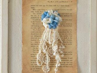 染め花とフリンジのポニーフック(ライトブルー&オフホワイト)の画像