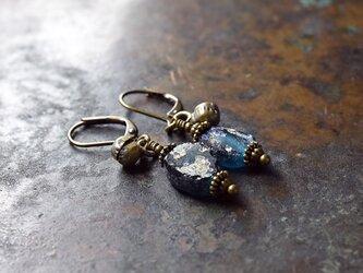 ブルーグリーン銀化ローマングラス小さな民族鈴のピアスの画像