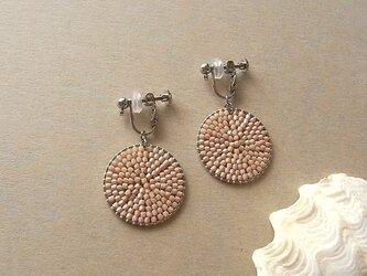 石畳のイヤリング・ベージュ・ビーズの手仕事の画像