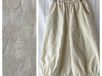 刺繍たっぷり生地のバルーンパンツ:80cm(生成地×刺繍:生成)の画像