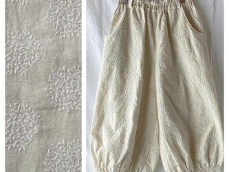 刺繍たっぷり生地のバルーンパンツ:80cm(生成地×刺繍:白)の画像