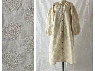 刺繍たっぷり生地のガウンワンピース:105cm(生成地×刺繍:生成)の画像