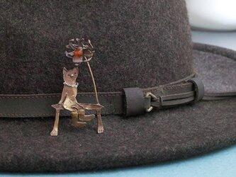銀のネックレスをした青銅の猫 ピンバッチの画像