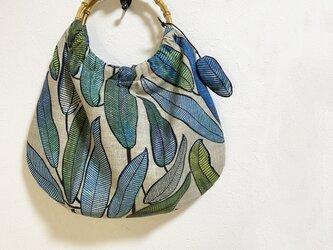 竹の持ち手のボタニカルリーフ柄かばんの画像