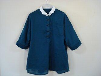 「白い小衿の夏シャツ」の画像