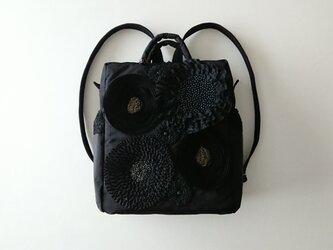 black ribbon flower daypackの画像