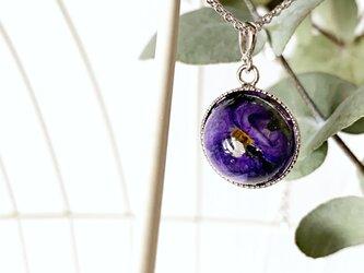 「揺るがない魂」の花言葉をもつパープル・ミニビオラ(パンジー)を閉じ込めたネックレス(15mm)の画像