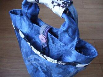 スカイブルー色の名古屋帯からポケットいっぱいバケツ型トートバック 絹の画像