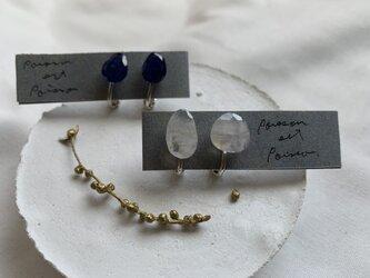 レインボームーンストーンのイヤリング(白)の画像