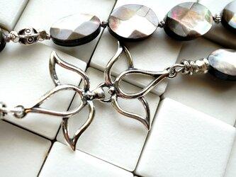 ブラックシェルとお花フックのネックレスの画像